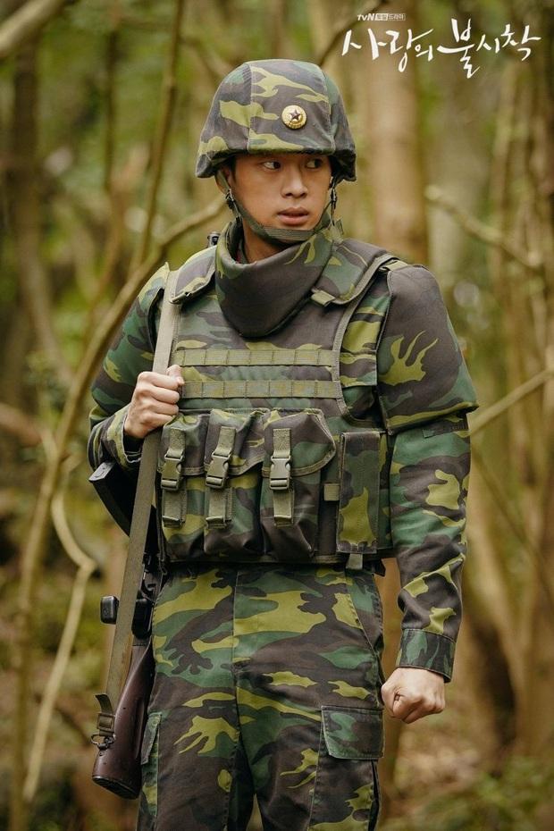 Vừa soi vừa giật mình profile hội bạn Hyun Bin ở Crash Landing On You: Có người từng dọa xiên Song Joong Ki? - Ảnh 4.