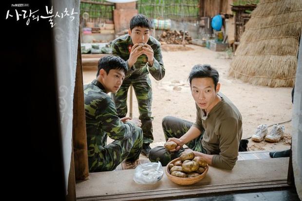 Vừa soi vừa giật mình profile hội bạn Hyun Bin ở Crash Landing On You: Có người từng dọa xiên Song Joong Ki? - Ảnh 12.