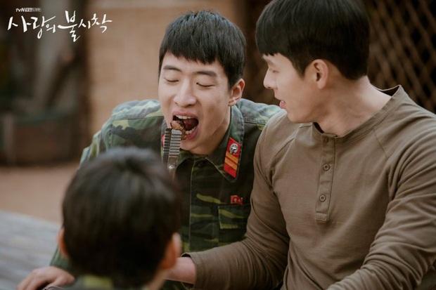 Vừa soi vừa giật mình profile hội bạn Hyun Bin ở Crash Landing On You: Có người từng dọa xiên Song Joong Ki? - Ảnh 8.
