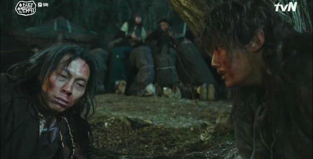 Vừa soi vừa giật mình profile hội bạn Hyun Bin ở Crash Landing On You: Có người từng dọa xiên Song Joong Ki? - Ảnh 10.