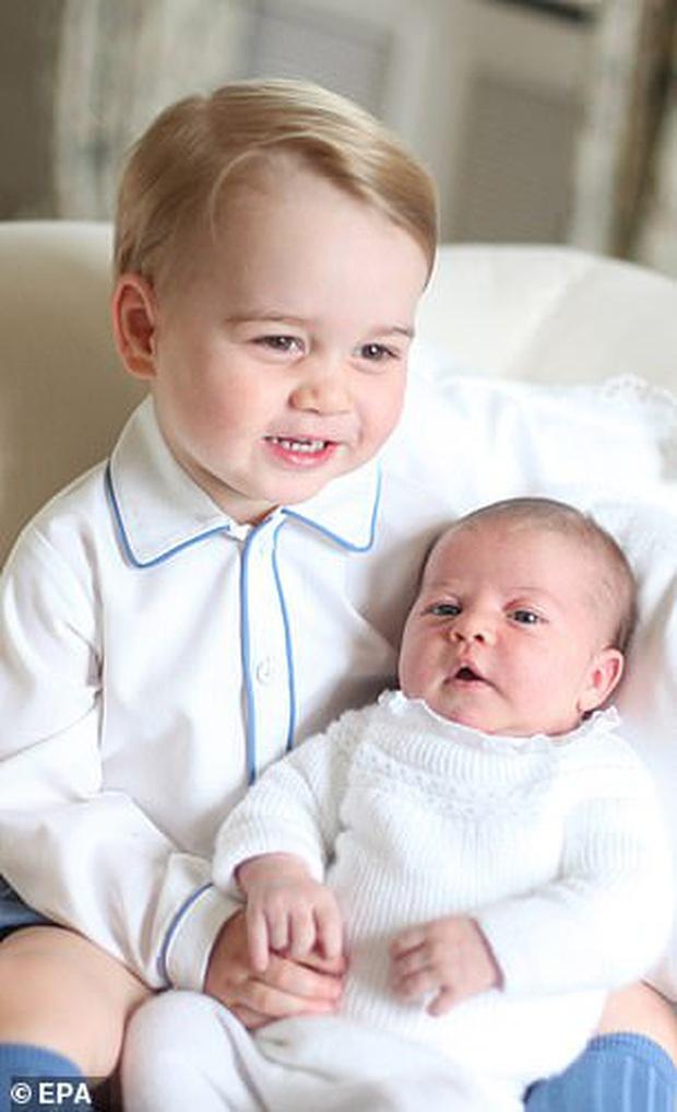 Soi lại hình cũ hình mới của Hoàng tử George, fan hí hửng phát hiện cậu bé chỉ mặc độc một kiểu áo trong các sự kiện trang trọng - Ảnh 4.