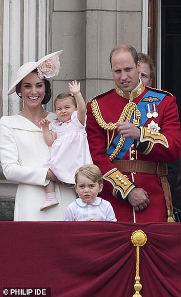 Soi lại hình cũ hình mới của Hoàng tử George, fan hí hửng phát hiện cậu bé chỉ mặc độc một kiểu áo trong các sự kiện trang trọng - Ảnh 5.