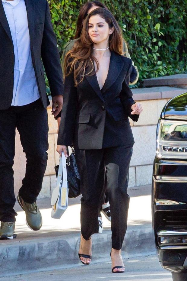 Selena Gomez dạo này: Một thời body mướt mắt nay lại trúng lời nguyền, nhưng càng lên cân càng được khen hết lời - Ảnh 3.