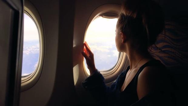 """""""Luật ngầm"""" về vị trí ngồi cạnh cửa sổ trên máy bay mà bạn cần tuân theo nếu không muốn trở thành người… vô duyên - Ảnh 2."""