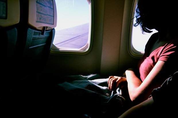 """""""Luật ngầm"""" về vị trí ngồi cạnh cửa sổ trên máy bay mà bạn cần tuân theo nếu không muốn trở thành người… vô duyên - Ảnh 1."""