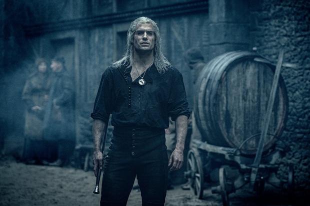 The Witcher: Cốt truyện kì ảo hấp dẫn, dàn sao siêng cởi đỏ hoe con mắt - Ảnh 5.