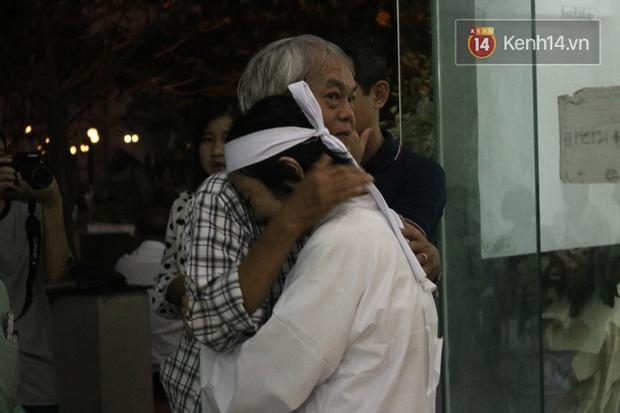 Đám t.ang nghệ sĩ Nguyễn Chá.nh Tín: NS Kim Xuân, Vân Sơn và nhiều đồng ngh.iệp b.àng h.oàng, c.on gái thất thần trước linh cữu Ch.a - Ảnh 13.