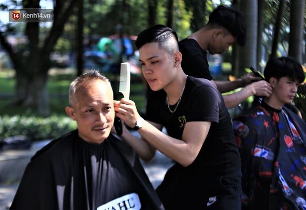 """""""Salon vỉa hè"""" hớt tóc miễn phí cho người dân Đà Nẵng của những bạn trẻ tử tế - Ảnh 5."""