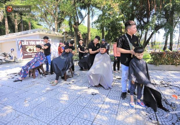 """""""Salon vỉa hè"""" hớt tóc miễn phí cho người dân Đà Nẵng của những bạn trẻ tử tế - Ảnh 2."""