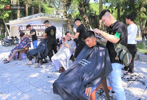 """""""Salon vỉa hè"""" hớt tóc miễn phí cho người dân Đà Nẵng của những bạn trẻ tử tế - Ảnh 8."""