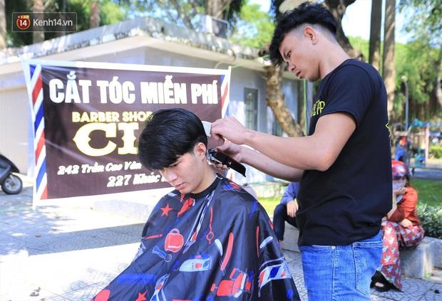 """""""Salon vỉa hè"""" hớt tóc miễn phí cho người dân Đà Nẵng của những bạn trẻ tử tế - Ảnh 3."""
