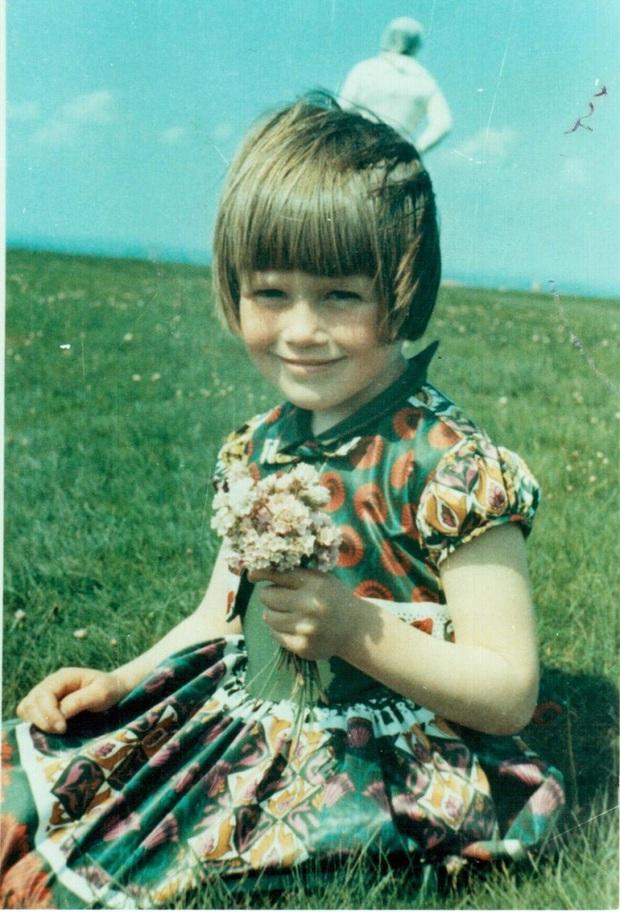 Chụp ảnh cho con gái trên bãi cỏ, người cha giật mình khi phát hiện bóng người trắng bí ẩn ngay phía sau, hơn 50 năm vẫn không ai lý giải nổi - Ảnh 1.