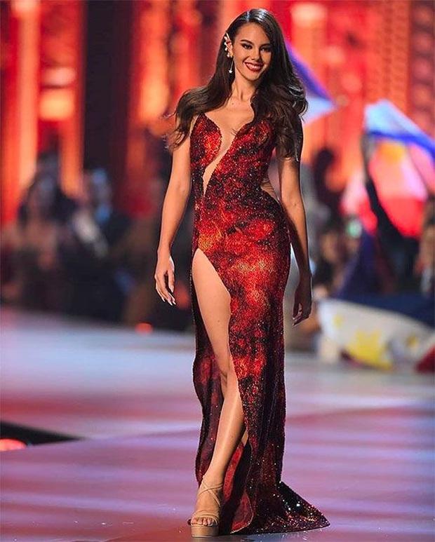 Cha đẻ Miss Grand International cà khịa váy núi lửa nổi tiếng của Catriona Gray là váy đạo nhái? - Ảnh 5.