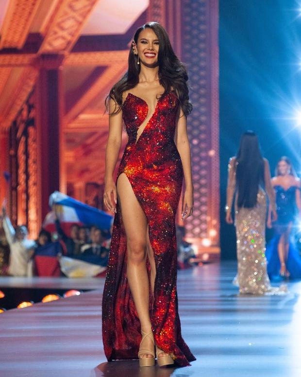 Cha đẻ Miss Grand International cà khịa váy núi lửa nổi tiếng của Catriona Gray là váy đạo nhái? - Ảnh 6.