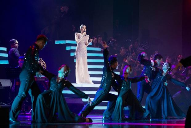 Q Show 2 tại Hà Nội: Lệ Quyên chứng minh đẳng cấp với dạ tiệc âm nhạc hoành tráng và đầy cảm xúc - Ảnh 14.