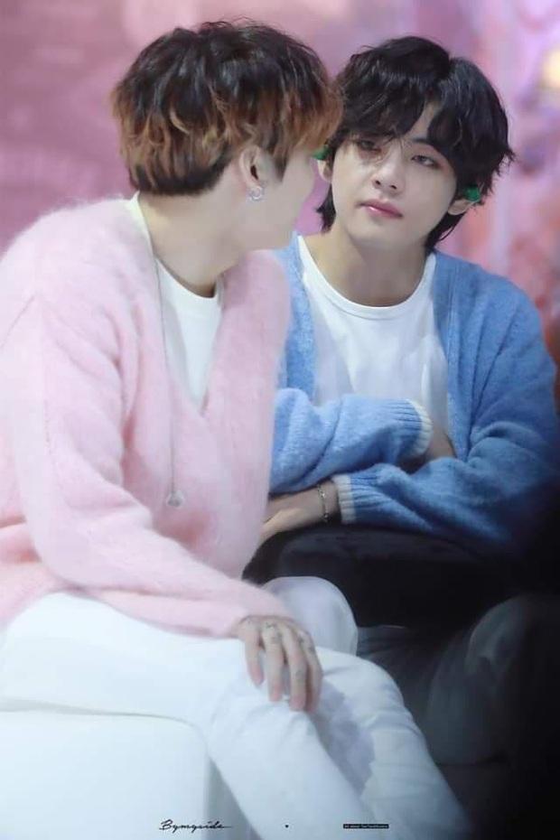 """Khoảnh khắc gây sốt tại Grammy Hàn Quốc: Jungkook và V (BTS) làm gì ngay giữa """"thanh thiên bạch nhật"""" thế này? - Ảnh 8."""