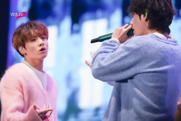 """Khoảnh khắc gây sốt tại Grammy Hàn Quốc: Jungkook và V (BTS) làm gì ngay giữa """"thanh thiên bạch nhật"""" thế này? - Ảnh 9."""