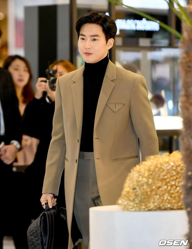 Sự kiện gây sốt: Seolhyun khoe body quá đỉnh, Suho đẹp trai như CEO và ánh mắt của nhân viên phía sau nói lên tất cả - Ảnh 9.