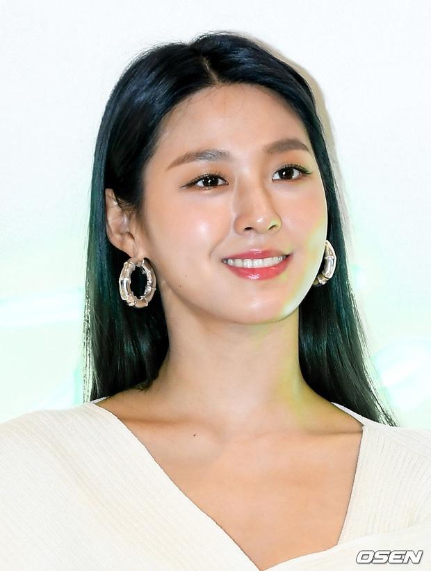 Sự kiện gây sốt: Seolhyun khoe body quá đỉnh, Suho đẹp trai như CEO và ánh mắt của nhân viên phía sau nói lên tất cả - Ảnh 6.