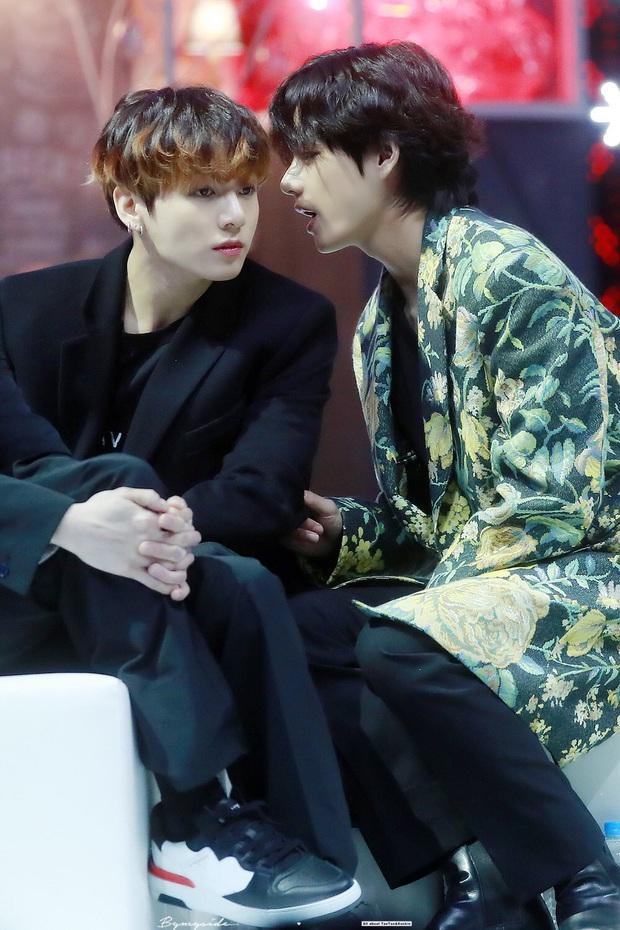 """Khoảnh khắc gây sốt tại Grammy Hàn Quốc: Jungkook và V (BTS) làm gì ngay giữa """"thanh thiên bạch nhật"""" thế này? - Ảnh 11."""