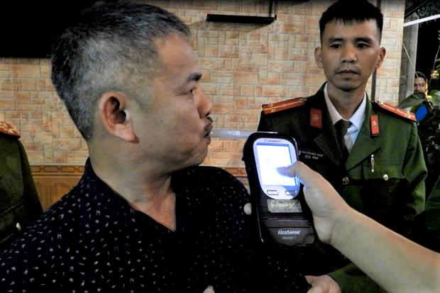 Tài xế say xỉn đánh CSGT khi bị yêu cầu đo nồng độ cồn - Ảnh 1.