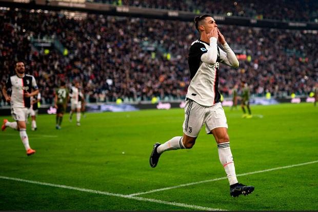 Lương lên tới hơn 800 tỷ/năm, Ronaldo vẫn khiến tất cả sốc nặng khi dùng tai nghe có dây và máy nghe nhạc rẻ tiền đã dừng sản xuất - Ảnh 4.