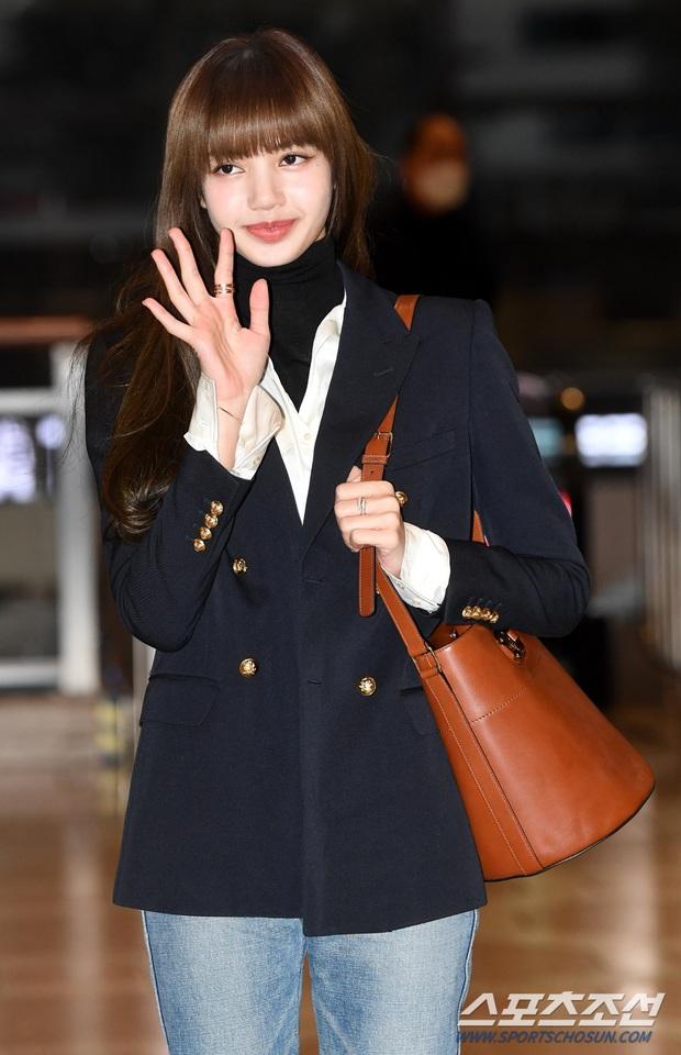 Lisa (BLACKPINK) diện bộ cánh tôn chân dài siêu thực, nữ thần TWICE và Park Seo Joon giản dị mà vẫn quá nổi tại sân bay - Ảnh 3.