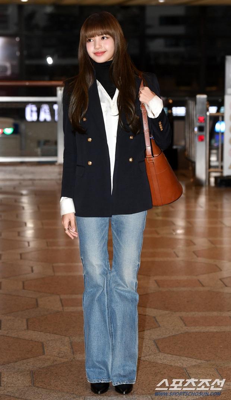 Lisa (BLACKPINK) diện bộ cánh tôn chân dài siêu thực, nữ thần TWICE và Park Seo Joon giản dị mà vẫn quá nổi tại sân bay - Ảnh 1.