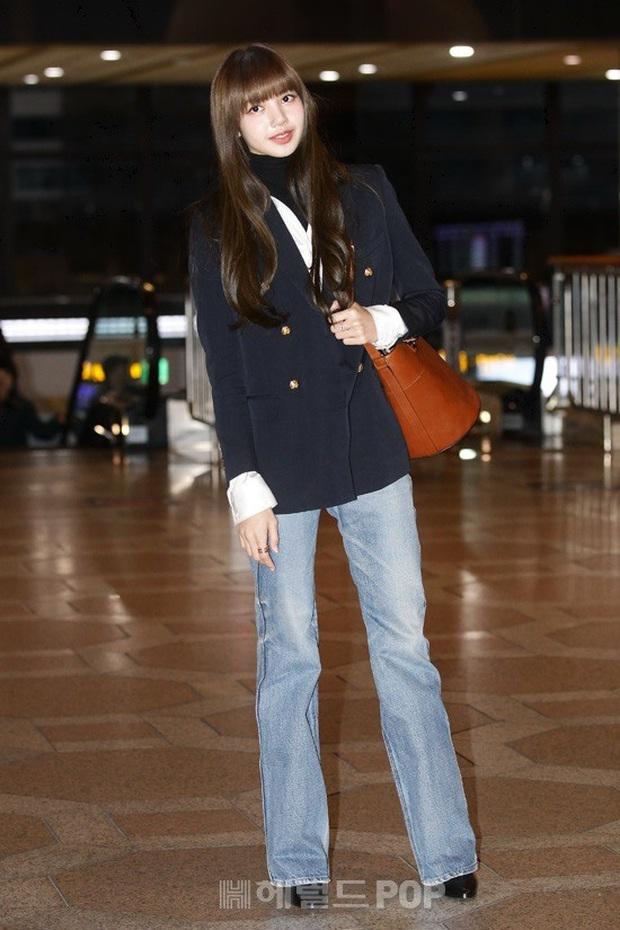 Lisa (BLACKPINK) diện bộ cánh tôn chân dài siêu thực, nữ thần TWICE và Park Seo Joon giản dị mà vẫn quá nổi tại sân bay - Ảnh 2.