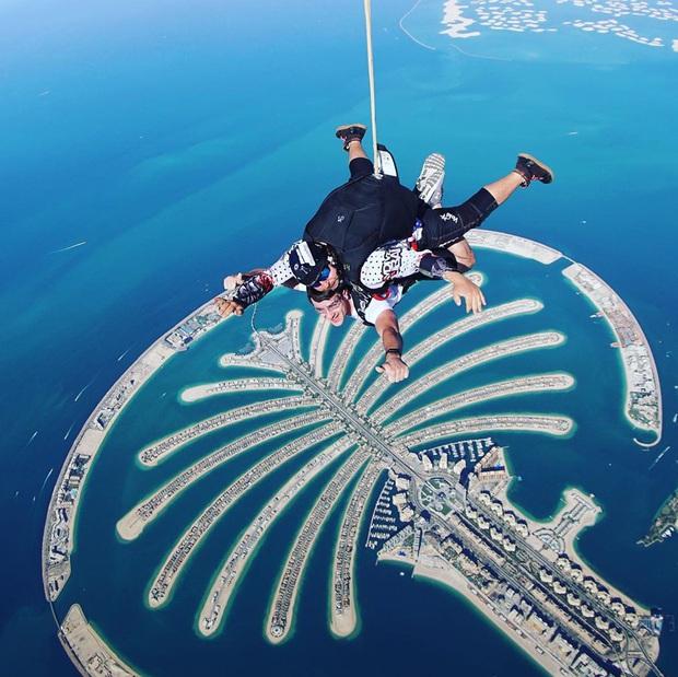 """""""Đặt cược tính mạng"""" bay lượn trên bầu trời Dubai, Ngọc Trinh lộ vẻ mặt thất thần nhưng vẫn cực đáng yêu: Ai dám nói chị bánh bèo nữa? - Ảnh 13."""