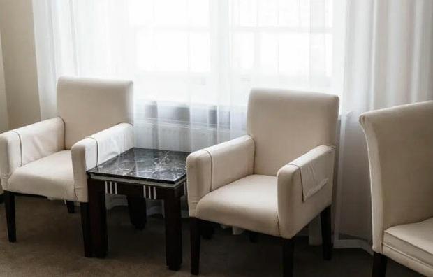 Sự thật là bạn không nên ngồi lên ghế sofa hay ghế da trong phòng khách sạn, dù chúng có thoải mái đến đâu - Ảnh 1.