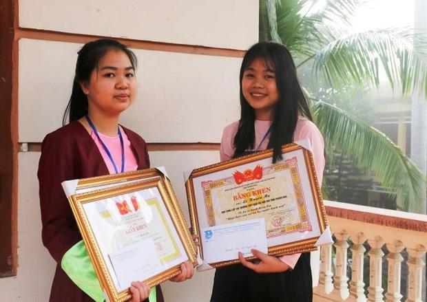 Thanh Hóa: Khen thưởng hai nữ sinh trường Dân tộc Nội trú trả tiền cho người đánh rơi - Ảnh 1.