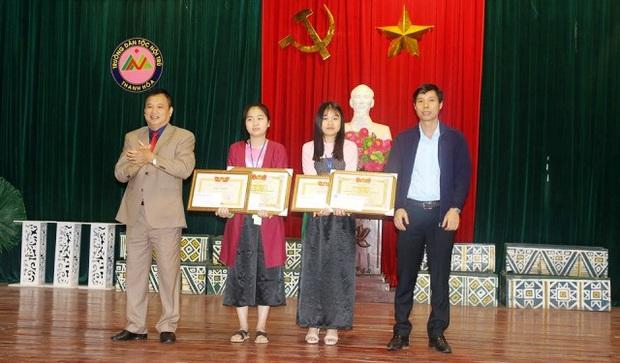 Thanh Hóa: Khen thưởng hai nữ sinh trường Dân tộc Nội trú trả tiền cho người đánh rơi - Ảnh 2.