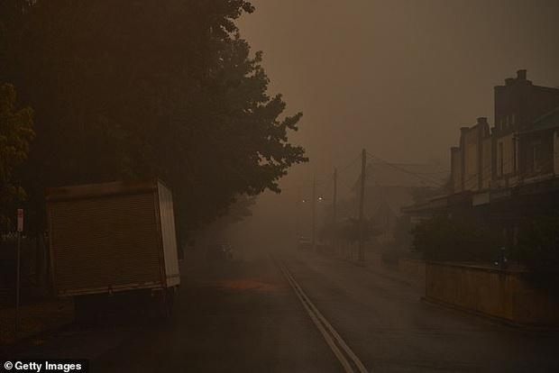 Ơn trời mưa rồi! Trận mưa lớn cứu tinh cho đại thảm họa đã xuất hiện, nhiệt độ giảm làm dịu cơn bão lửa tại Úc - Ảnh 1.