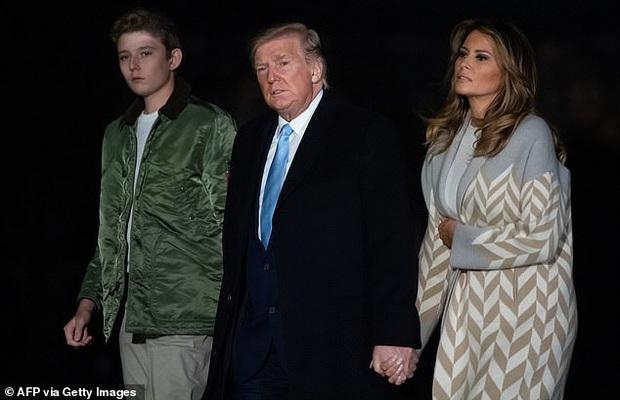 Quý tử nhà Trump trở về Nhà Trắng cùng cha mẹ sau kỳ nghỉ, tiếp tục làm lu mờ Tổng thống Mỹ bởi chiều cao phát triển đáng kinh ngạc - Ảnh 2.