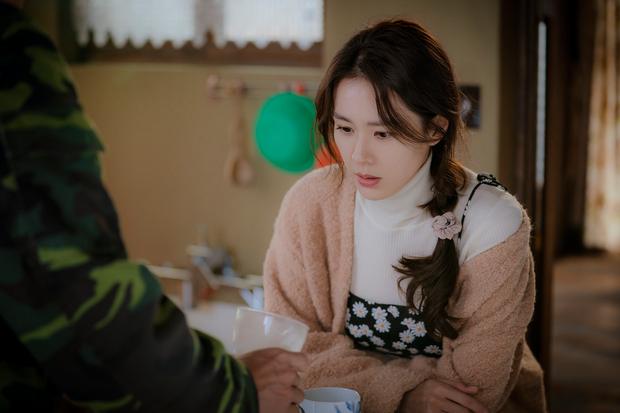 Chị đẹp Son Ye Jin U40 vẫn trẻ như gái 18 nhờ loạt kiểu tóc nữ tính tuyệt xinh trong Crash Landing On You - Ảnh 11.