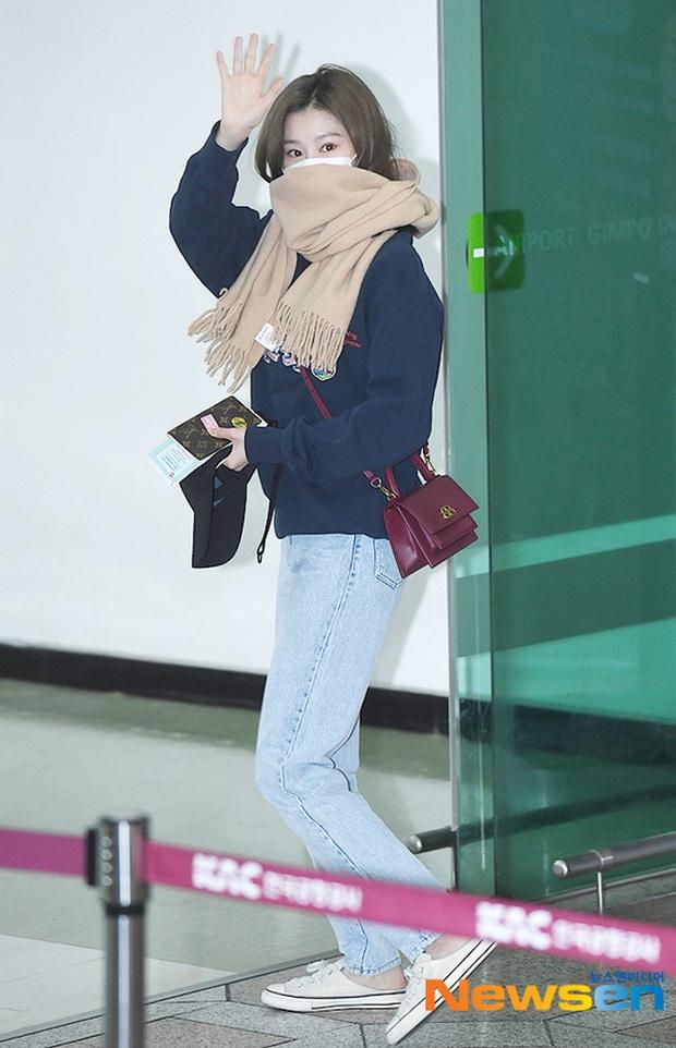 Lisa (BLACKPINK) diện bộ cánh tôn chân dài siêu thực, nữ thần TWICE và Park Seo Joon giản dị mà vẫn quá nổi tại sân bay - Ảnh 6.