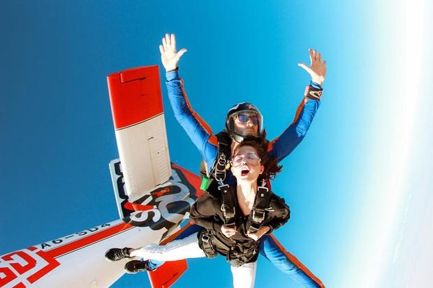 """""""Đặt cược tính mạng"""" bay lượn trên bầu trời Dubai, Ngọc Trinh lộ vẻ mặt thất thần nhưng vẫn cực đáng yêu: Ai dám nói chị bánh bèo nữa? - Ảnh 11."""