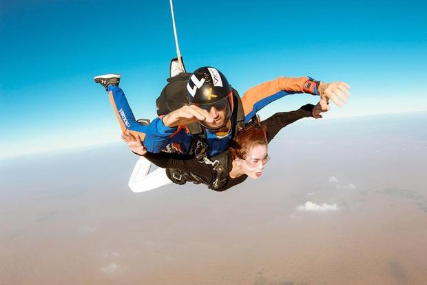 """""""Đặt cược tính mạng"""" bay lượn trên bầu trời Dubai, Ngọc Trinh lộ vẻ mặt thất thần nhưng vẫn cực đáng yêu: Ai dám nói chị bánh bèo nữa? - Ảnh 12."""