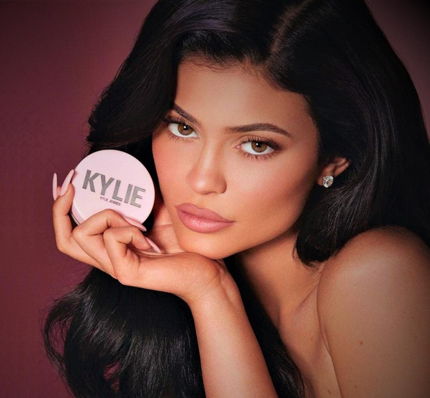 """Con đường trở thành tỷ phú trẻ nhất thế giới của Kylie Jenner: Từ đầu đã """"nhiều ăn liều"""", sản xuất tận 15.000 thỏi son ngay lần mở bán đầu tiên - Ảnh 4."""