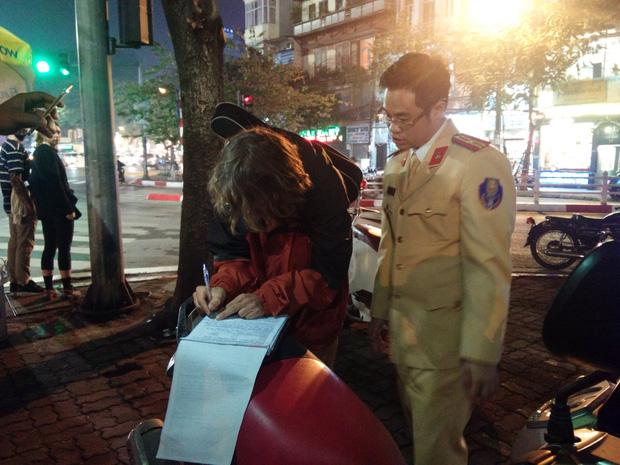 Bị CSGT yêu cầu kiểm tra nồng độ cồn, nam thanh niên nước ngoài lôi đàn ra vừa đánh vừa hát - Ảnh 3.