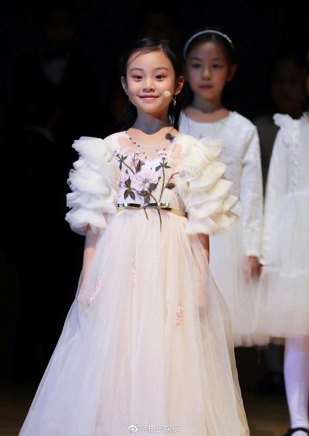 Điềm Hinh mới chỉ 7 tuổi nhưng đã gây sốt Weibo: Càng lớn càng giống Giả Nãi Lượng, dự đoán trở thành mỹ nhân tương lai - Ảnh 4.