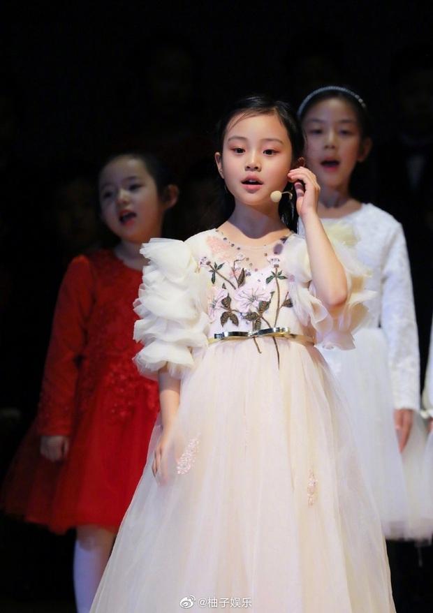 Điềm Hinh mới chỉ 7 tuổi nhưng đã gây sốt Weibo: Càng lớn càng giống Giả Nãi Lượng, dự đoán trở thành mỹ nhân tương lai - Ảnh 5.