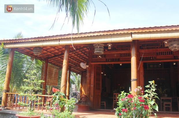 Căn nhà gần 6 tỷ đồng được làm từ 4.000 cây dừa của lão nông 80 tuổi gây ngỡ ngàng người dân miền Tây - Ảnh 1.