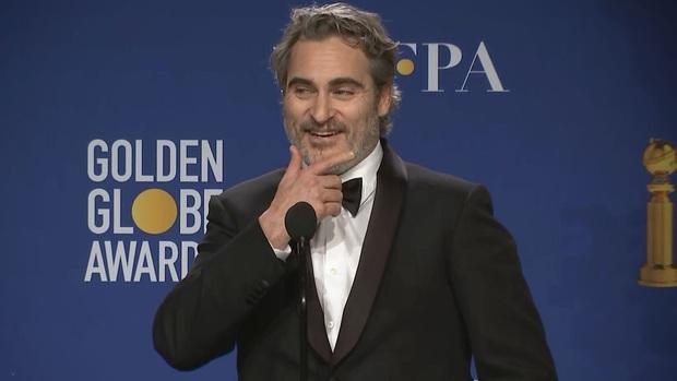 Vừa khóc nấc vì ẵm Quả Cầu Vàng nhưng gã hề Joaquin Phoenix phát cáu vì bị hỏi về Joker? - Ảnh 1.