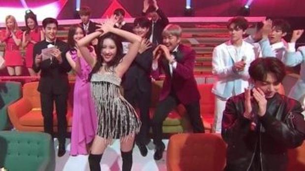 Loạt reaction gây tranh cãi của Jungkook (BTS): Từ thờ ơ, lạnh nhạt trước Red Velvet, TWICE lại đến nghi vấn mỉa mai MAMAMOO và Han Yeseul - Ảnh 9.