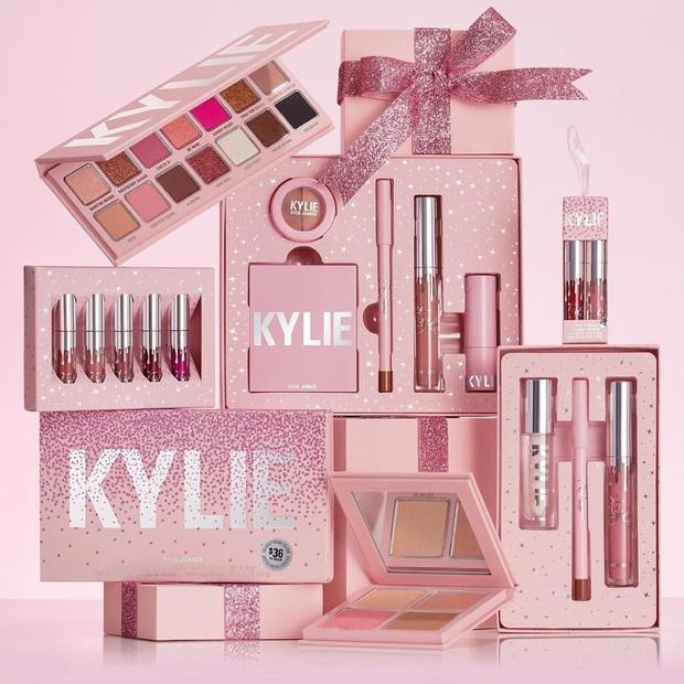 """Con đường trở thành tỷ phú trẻ nhất thế giới của Kylie Jenner: Từ đầu đã """"nhiều ăn liều"""", sản xuất tận 15.000 thỏi son ngay lần mở bán đầu tiên - Ảnh 2."""