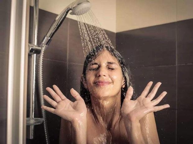 Gội đầu, rửa mặt hay tắm, điều nào làm trước, điều nào làm sau để giữ da sáng đẹp, mềm mịn? - Ảnh 2.