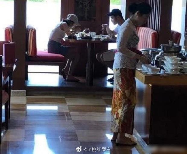 Paparazzi tóm gọn khoảnh khắc Na Tra Tống Tổ Nhi hẹn hò cáo già tình trường đáng tuổi chú Nguyễn Kính Thiên - Ảnh 4.