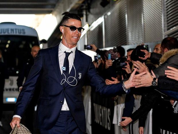 Nhà giàu không cần phô trương: Siêu sao Cristiano Ronaldo vẫn nghe nhạc bằng iPod Shuffle từ đời tám hoánh - Ảnh 1.